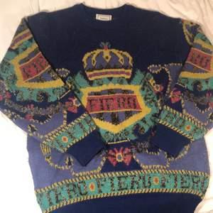 """Säljer min vackra vintage stickade tröja från Fierézza pga kommer inte längre till användning.. Den är smått nopprig och har enstaka lösa trådar (se bild 3) :) Jätte snygg oversized och """"vanligt"""". Köparen står för frakten <3 (obs den är mörkblå inte svart)"""