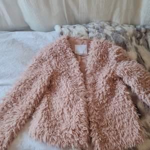 En rosa fusk päls jacka som endast är använd 1 gång. Jätte bra skick och inga hål eller fläckar. Den är lite oversized i modellen. Köpte den sommarn 2019 för 600kr. Säljer den då den inte kommer till användning längre