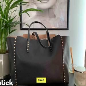 Super snygg pch användbar väska frå än zara. Bra skick och den går även att vända på så att den blir beige!!!