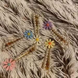 Hårklämmar i olika färger med pärlor på, varje klämma är ca 7 cm. Säljer alla för 50 kr