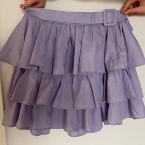 Fin kjol från zara i st M som kommer med bälte så midjan går att justera (bältet är borttagbart)💖