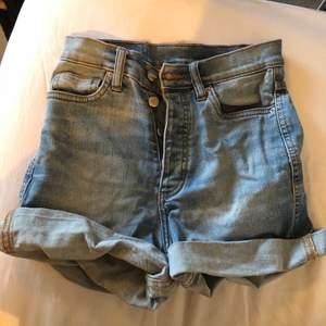 Säljer dessa fina jeansshortsen ifrån monki. Dom är i storlek xsmall och är hyfsat tighta. Hör gärna av dig vid intresse. 💞