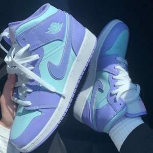 Säljer helt nya & oanvända Jordan 1 Mid Purple Aqua. Finns i storlek 37,5, 38,5 & 39. Köpta från Footlocker, kvitto kan uppvisas! Fraktas spårbart & dubbelboxat på köparens bekostnad. Vid stort intresse blir det budgivning! Kolla in @LocalJords på Instagram för fler limiterade Jordans!