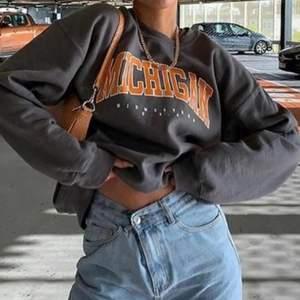 Säljer den super populära tröjan från missguided. Helt ny! Storlek S (lite oversized)
