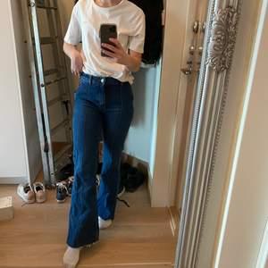 Mörkblå flare jeans från mango! Använd ett par gånger bara, säljer då de är lite för små vid låren.