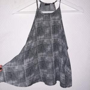 Rutigt svartvitt linne i storlek S. Luftig men täckande.