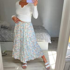 Superfin blommig kjol från Zara som jag använt en gång på midsommar!💕🦋 passar mig som har M