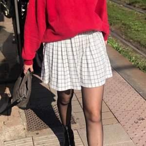 Snygg kjol som inte kommer till användning längre. Bra skick, använd ett fåtal gånger. Jag är 174 cm lång.