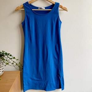 Denna blåa klänning köpte jag i Marbella för några år sedan. Använde den lite då men det är i ett väldigt bra skick 💙 sista bilden är tagen någon gång då 🌎 jag är 178 cm (därför är den lite liten på mig nu).