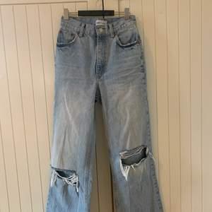 Ett par jeans från zara💗 Slutsålda💗 Jätte bra skick💗 Skriv privat om du vill ha fler bilder eller om du har frågor💗 Säljer eftersom att jag inte andvänder dem💗 Jag är nästan 1,70 och dem går ner till marken på mig, dem är i modellen avklippta vid fötterna så om dem skulle vara för långa så kan man bara klippa av dem💗 Jag står inte för frakten💗 Pris kan diskuteras💗