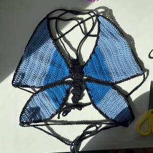 Söt virkad fjärilstopp i färgerna blå och svart. Passar perfekt till sommaren💕💕passa mest i xs s och m