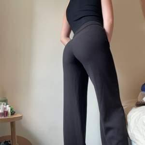 Kostym byxor från Lindex, nedsprättade pga långa ben, men nu ligger de ända ner till kanten i benen och jag är 178.