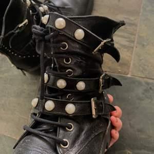 Snygga boots från zara, obs 3 pärlor har ramlat av men inget som man tänker på, frakt tillkommer, kommer självklart tvätta av dem innan de skickas💖
