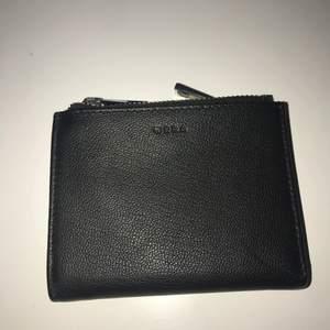 En plånbok i skinn med som stängs med knapp. Plånboken har 8 kortfack, 1 sedelfack och två myntfack som stängs med dragkedja. Helt ny och oanvänd 🌸🥰✨