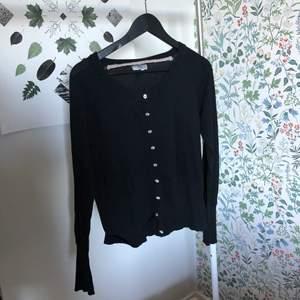 Så snygg svart kofta. Ett perfekt basplagg att ha i garderoben till sommaren. Fint skick. Frakt tillkommer!