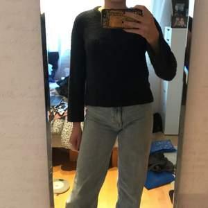 Mörkblå stickad tröja i polyester från HM. Den är välanvänd, därav de låga priset. I stl. 146/152. Säljer för 50kr+frakt! Hör av er vid intresse/ fler bilder!💗