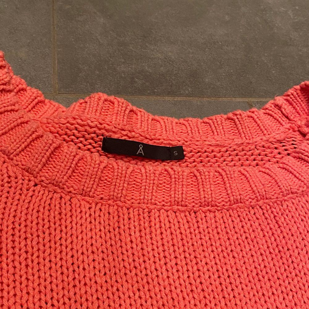 En fin ceriserosa stickad tröja i stl S. Perfekt nu till våren och sommaren!☀️ Använd ett fåtal gånger. Lite uttöjd vid kragen, så därav det billiga priset. Hör av dig vid fler frågor!💗. Stickat.