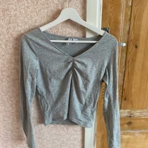 En grå basic långärmad tröja från hm. Använt fåtal gånger✨ priset kan diskuteras vid snabb affär!!
