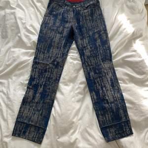 Jeans med unikt mönster, balla och knappt använda därav i super skick, italiensk storlek 48 vilket motsvarar en Medium - Liten Large, kan passa mindre för en mer baggy fit säljer åt en vän