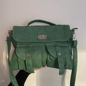 Grön vintage väska i fint skick. Väldigt söt men kommer inte till användning. Fraktas med schenker spårbar.