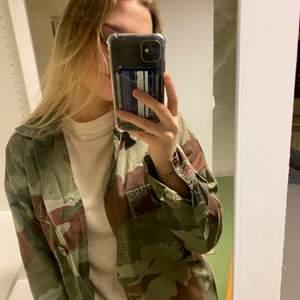 Säljer en militär jacka från zara💕