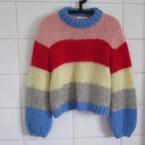 Ganni Julliard så fin stickad tröja som tyvärr inte kommer till användning. Strl M, passar även om man har S skulle jag säga. Bra skick, använt fåtal gånger. Frakt tillkommer på 100kr. Bud från 1600 kr  :) skicka även meddelande!