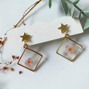 handgjorda torkade blommorörhängen i nyskick, oanvända, 70kr/par inklusive frakt, när du köper mer än ett par får du rabatt :) ‼️ 🚀följ min Instagram för 2kr rabatt 🎉 @kakaka.se