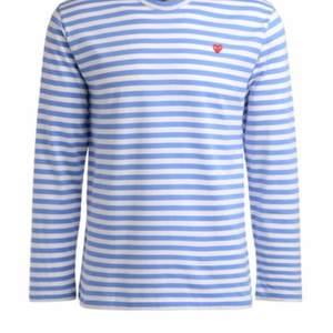 Ljusblå långärmad tröja från Comme des garcons! Fint skick. Storlek S.