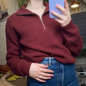 En stickad tröja med dragkedja i en härlig röd färg från BikBok. Jag köpte den i slutet av förra sommaren men inte använt den så mycket. Dock fastnade jag lite med tröjan mot en trävägg så den är typ lite nopprig (se bild 2)