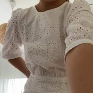 Superfin och helt ny klänning i storlek XS (normal i storlek). Den är ifrån LOAVIES och köptes för 600kr+frakt, prislapp finns kvar.