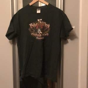 Mörkgrön t-shirt, märke Gildan, bike 75 week annivarsary daytona beach florida, helt oanvänd, oversized vintage T-shirt bl.a. pris mellan 300-350