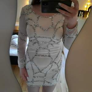 Helt oanvänd klänning från vila, lapparna kvar (bild 2). Perfekt till nyår eller andra festligare tillfällen!