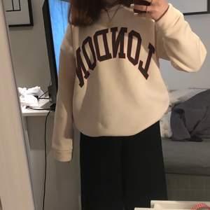 En tröja från SHEIN köpt vid julen för 200 kr! Andvänd 1 gång med tanke på att tröjan inte riktigt är min stil!skönt material inne i tröjan och inte alls sliten och inga fläckar! Tröjan själs inte längre så jag skulle vilja sälja den! Frakten ingår inte så det beror på !