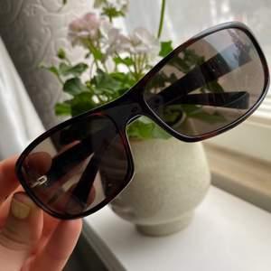 Ett par gamla coola solglasögon från Calvin Klein i modellen 125. Dom är i jättebra skick! Lite vintagekänsla🌸 köparen betalar för frakten!