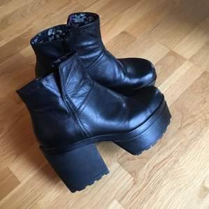 Vagabond skor med hög klack samt platå. Använda ett fåtal gånger och är därmed i fint skick! Köparen betalar frakten.