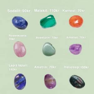 Gör handgjorda äkta kristallhängen. Designen syns på sista bilden. Försökte få med de mest efterfrågade kristallerna men om du vill ha någon som inte finns med så skriv pm! Tråden är silvrig<3 OBS formerna på kristallerna varierar eftersom att varje kristall är unik och kedja ingår inte, de flesta kristaller tål inte vatten så ha inte smycket i vatten!