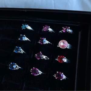 Supersöta silvriga ringar med stenar i olika färger💗 Ringarna är i olika storlekar XS-M och den rosa är justerbar🤍 skicka privat vid frågor eller vid intresse🤍 40kr/st