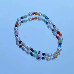 Egengjorda armband. Personalisera ditt armband med valfri bokstav och/eller hjärta! Även färg kan anpassas. Perfekt unik present till någon du tycker om!🥰