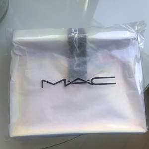 Neccisär från Mac - helt ny och inpackerad! Den är holografisk🤍 frakt tillkommer