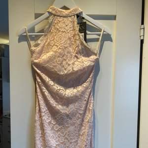 Supersnygg ljusrosa klänning i strl S. Aldrig använd, prislapp kvar.