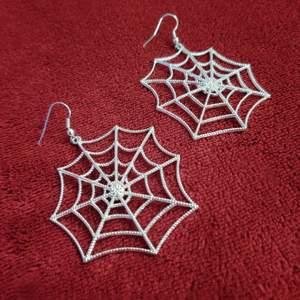 Häftiga spindelnätörhängen!! 🖤 Aldrig fått användning för dem. I silver ✨ Fri frakt 💌
