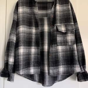 Jättefin rutig kofta som man kan använda som tunnare jacka också. Den går ner till rumpan på mig (1,76) och är jätteskön. Färgerna är vit, svart, grå. Storlek S/M