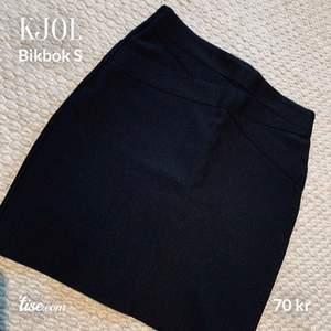 Figurnära kjol från bikbok. Mycket fint skick.