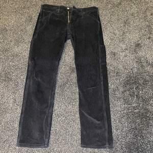 Svarta manchester byxor, nästan nyskick väldigt lite använda, storlek 30x30, köptes i Levis för ca 1,5 år sedan