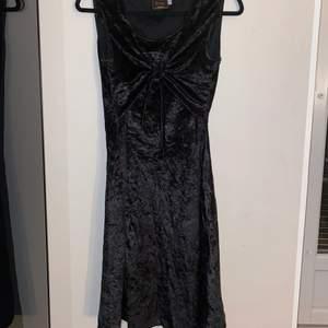Gammal svart klänning i sammet. Strl 36. Säljer pga använder inte länge. Knytning över bröstet vilket är väldigt fint🤩 Skriv om du har några fler frågor.