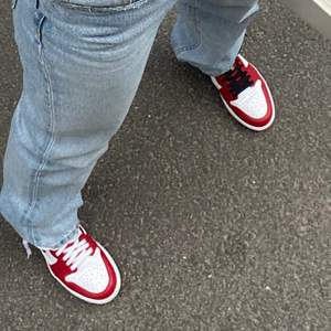 Säljer dessa jättesnygga Air Jordan 1 Retro High Satin Snake Chicago i storlek 37,5. Vita, svarta och röda skosnören finns. De är i bra skick!❤️Bara att fråga om ni undrar något, fler bilder kan skickas privat