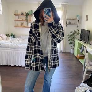 Såå snygg skjortjacka från Ozari Trail 🥰 storlek XL men sitter snyggt på mindre storlekar också. Fint skick!