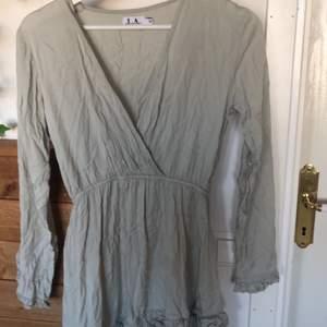 Superfin oanvänd klänning i ljusgrå/grön färg från Linn ahlborgs kollektion med NAKD. Den är i storlek 36 och är därför för liten för mig🥺 köparen står för frakt🥰
