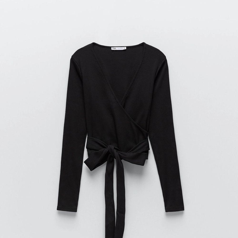 Svart tröja, med band i midjan, säljer pågrund av fel storlek, använd en gång! . Tröjor & Koftor.