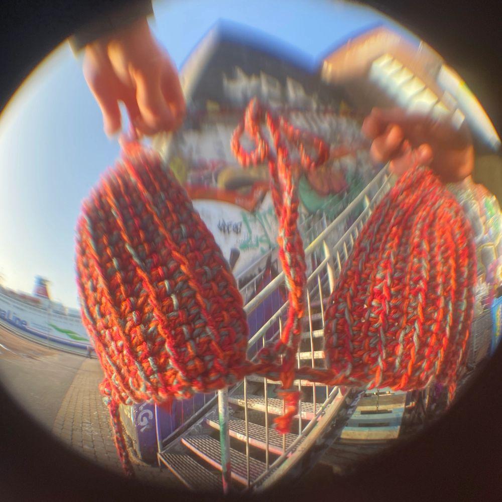 Topp/bikini/bralette virkad av mig!! I rött, orange och blå! Själva kuporna är 13x15 cm, bandet som går runt bröstkorgen och knyts där bak är 140 cm och banden på vardera sida som knyts ihop i nacken är 60 cm!. Accessoarer.